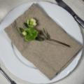 Naturell linneservett med blomma