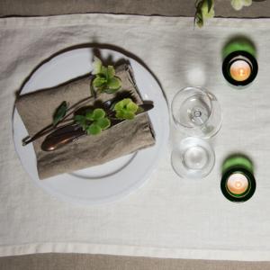 Dukat bord med äkta linne