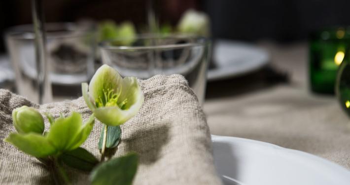 Naturell linneservett och dukat bord